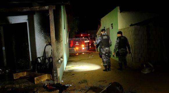 Idoso sofre queimaduras e tem casa destruída por incêndio