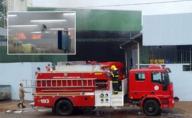 Bombeiros combatem incêndio que atingiu supermercado;  veja vídeo
