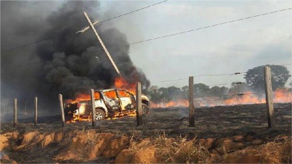 Picape L-200 pega fogo após bater em poste e quatro pessoas ficam feridas;  fotos