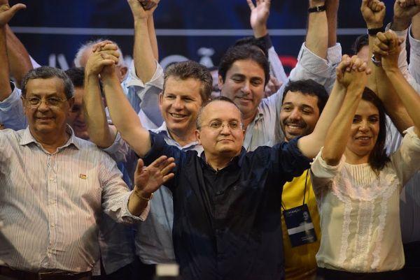 Jayme Campos (e) com Pedro Taques, durante a convenção do PDT, em uma das raras aparições públicas em conjunto