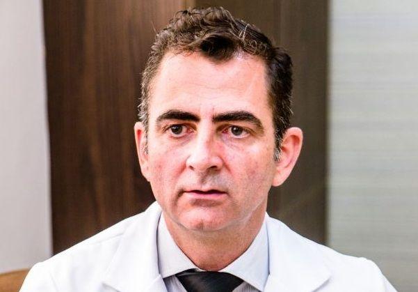 Câncer associado a implantes de mama é raro e não deve causar pânico, alerta médico mato-grossense