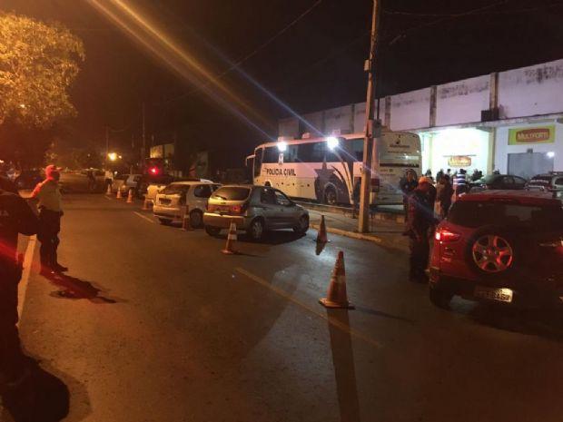 Motorista bêbado é preso dormindo sobre o volante do carro no meio de avenida