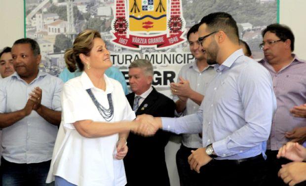 Lucimar Campos cumprimenta vereador Ícaro Reveles, autor das moções de aplausos e congratulações, aos atletas de Várzea Grande