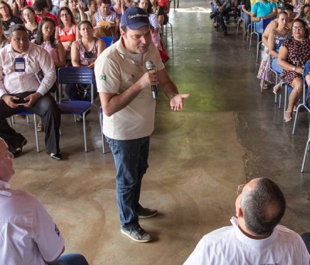 Marco Marrafon com governador Pedro Taques (sentado), na Caravana da Transformação, em S. J. dos Quatro Marcos