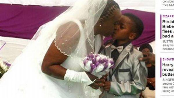 O casal comemora a união com um 'selinho' na boca