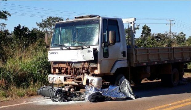 Motociclista colide contra caminhão e morre após ser arrastado e ter perna arrancada