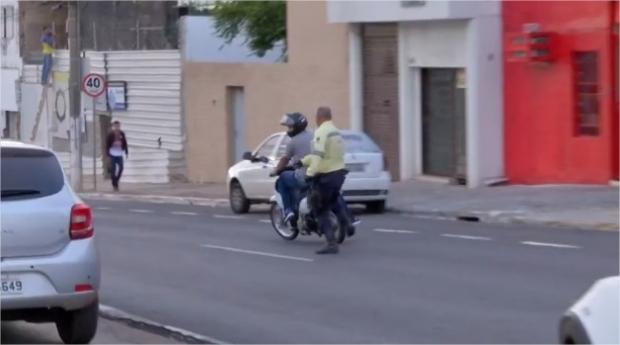 Motociclista quase atropela alunos em faixa de pedestre, foge e 'mostra dedo' a agente;  veja