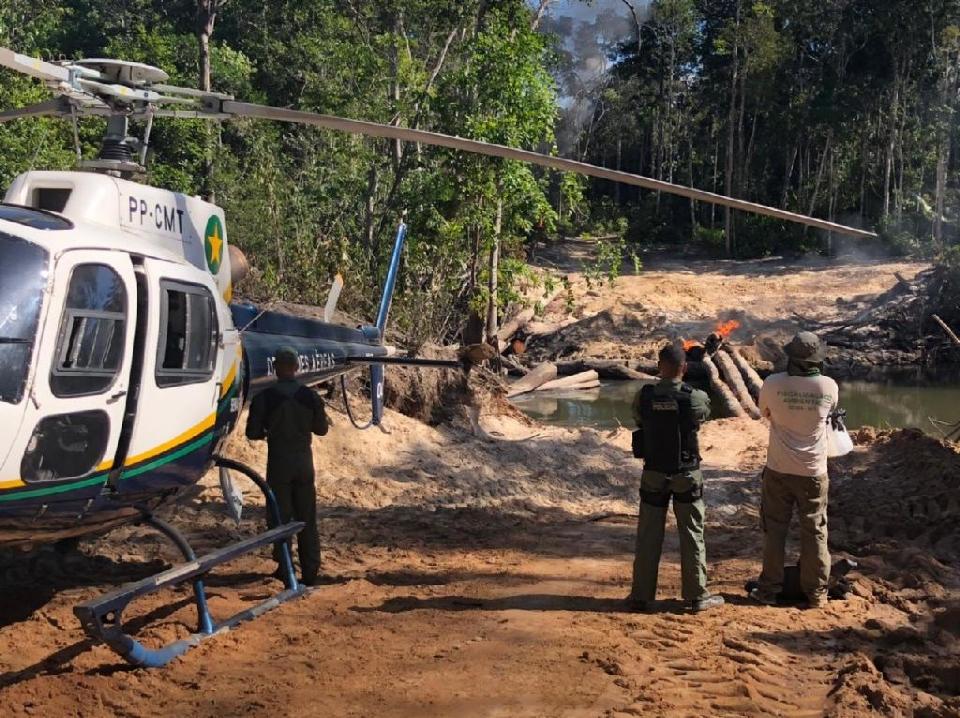 Fiscalização destrói pontes, acampamento e trator utilizados por infratores no município líder em desmatamento