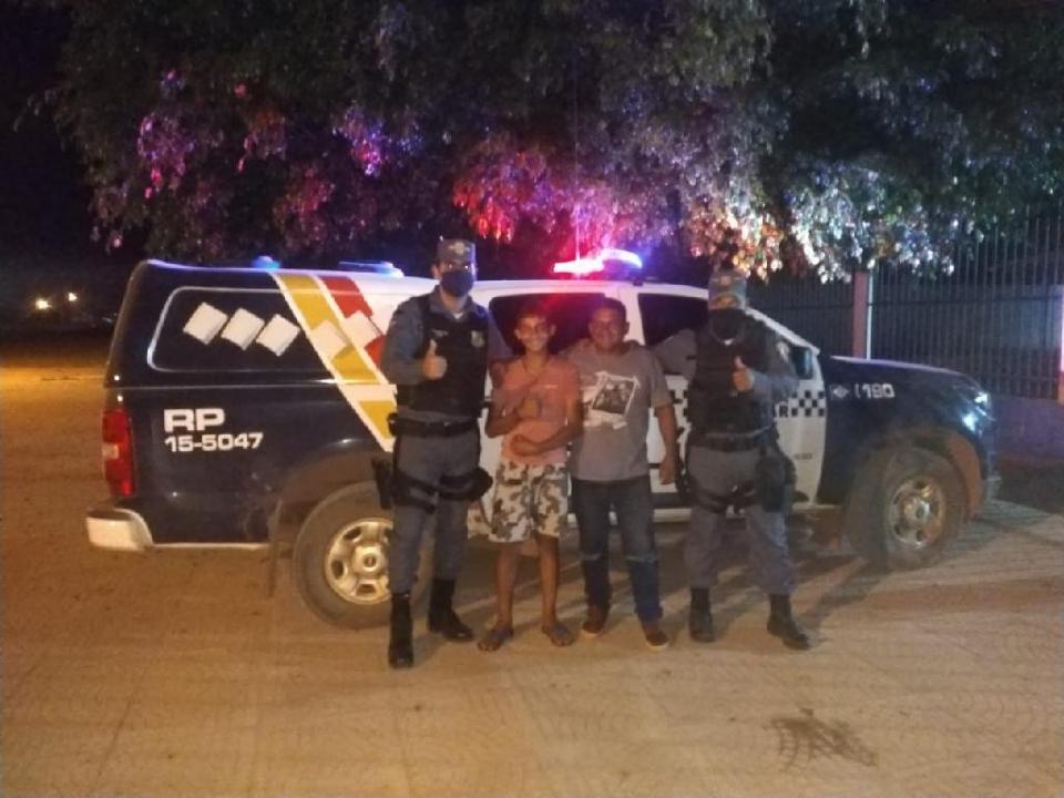 Policiais promovem encontro de pai caminhoneiro e filho que se perdeu em parada
