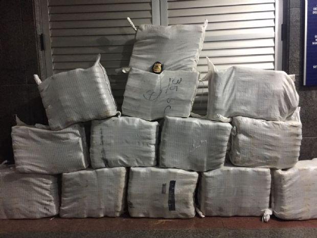 Polícia Federal  prende quatro em pista de pouso do tráfico e localiza 456 kg de cocaína