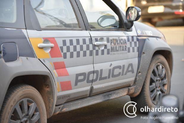 Bandidos armados com espingarda roubam clientes em posto e são presos após perseguição