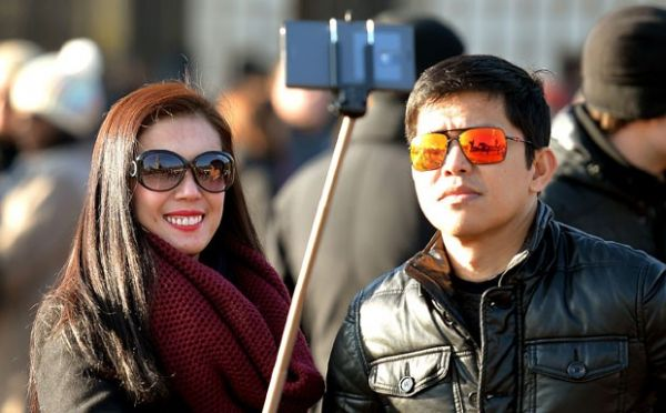 Disney proíbe que turistas levem 'pau de selfie' a seus parques