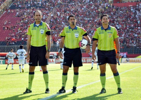 Paulo César Silva Faria (à direita) foi promovido no quadro de arbitragem da CBF após análise de currículo
