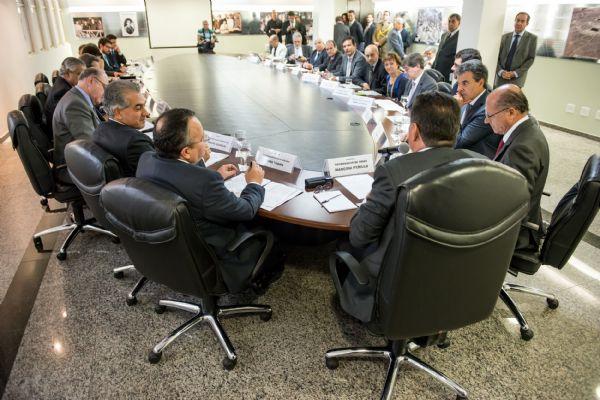 Pedro Taques com governadores, em Goiânia:  defesa da cobrança do recebimento dos recursos arrecadados com a  Cide, que incide sobre os combustíveis.