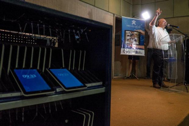 Governo inicia entrega de mais de mil tablets para ajudar no ensino do português e matemática