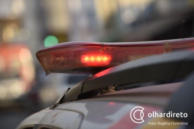 Sem CNH, motociclista fura bloqueios, tenta atropelar policiais e só para após colidir com Hyllux