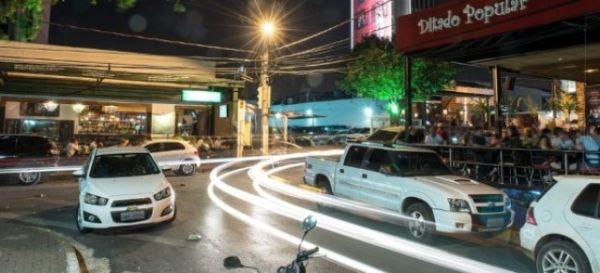 Deletran 'infiltra' policiais em bares para flagrar motoristas alcoolizados; Praça Popular é alvo