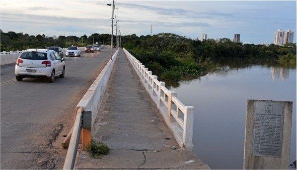 Defesa Civil vê risco de desbarrancamento e interdita ponte do rio Coxipó; filas se formam