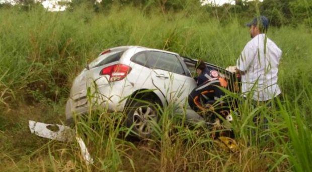 Idoso de 72 anos morre após colidir carro na lateral de carreta