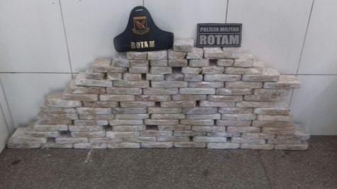 Policiais da Rotam apreendem cerca de 100 quilos de cocaína e um suspeito morre em confronto