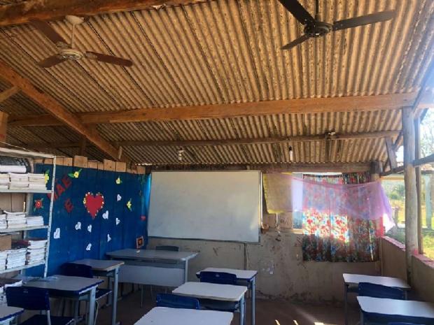 Mais de um ano após denúncia do Fantástico, baia de cavalo ainda é usada como sala de aula em MT