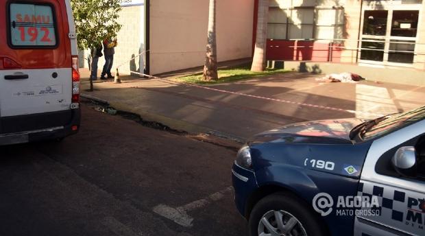 Mulher é encontrada morta em calçada na região central de cidade