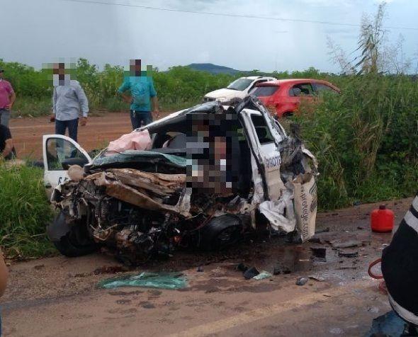 Um morre e dois ficam presos às ferragens em acidente envolvendo dois carros e uma carreta