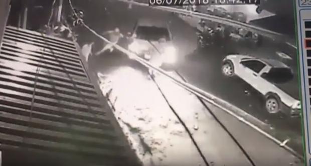 Vídeo flagra momento em que advogado atropela homens; Sinpol emite nota de repúdio