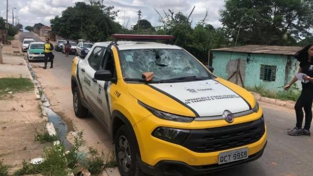 Após tentar abordar mototaxista, agentes da Semob tem carro apedrejado por moradores