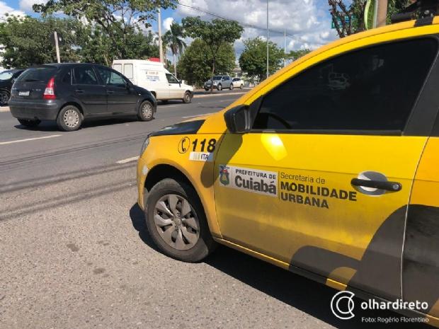 Em alta velocidade, motociclista fica ferido ao bater em Mercedes na avenida Miguel Sutil