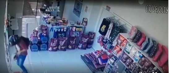 Homem atira na própria perna durante assalto em clínica veterinária;  veja vídeo
