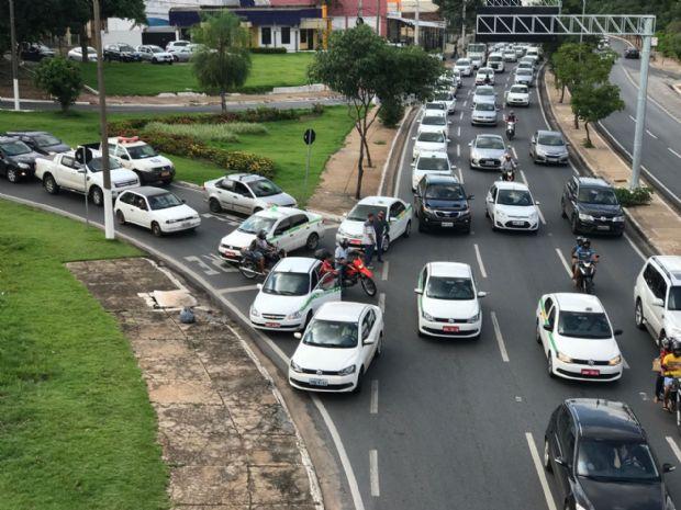 Taxistas responsabilizam Uber por queda de 30% nos atendimentos e tentam impedir aplicativo em Brasília