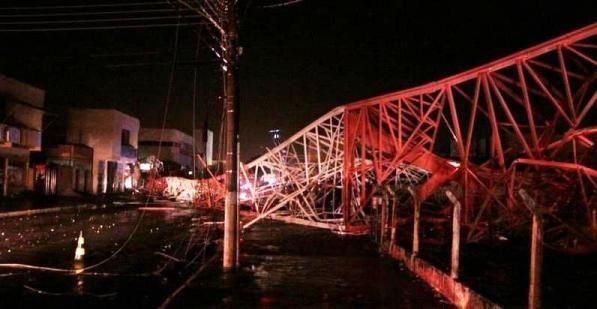 Torre caiu em avenida, atingiu veículo estacionado e rede de energia elétrica