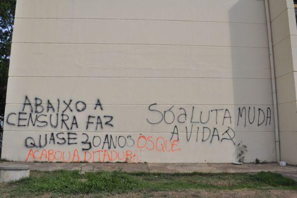 Muro pichado por alunos contra o processo de expulsão