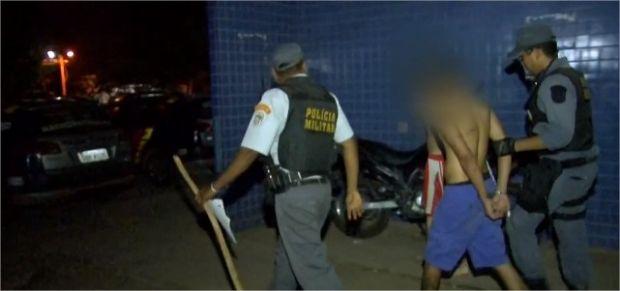Homens de 20 e 33 anos estupram menino de seis, após convidá-lo para assistir filme; dupla foi presa