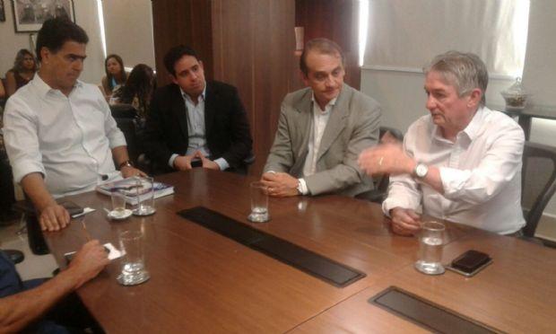 Emanuel Pinheiro com Wilson Santos, durante reunião sobre VLT, no Palácio Alencastro, nesta terça-feira