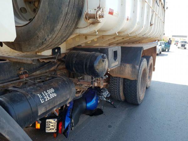 Resultado de imagem para moto debaixo do caminhão caçamba