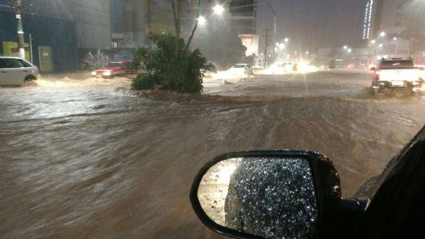 Chuva arrasta veículo com crianças, derruba árvores e para mais de 30 ônibus em Cuiabá; fotos e vídeos