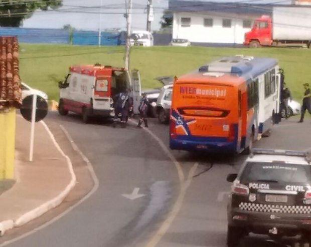 Dois investigadores ficam feridos após viatura com preso bater de frente com ônibus