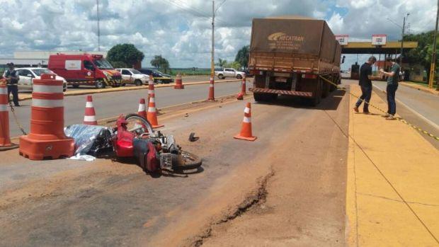 Mulher morre atropelada por caminhão em praça de pedágio e filha sobrevive ao pular da moto