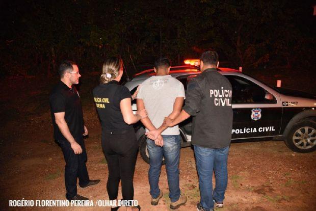 Emerson Fernandes Pedroso é levado para viatura após horas de depoimento
