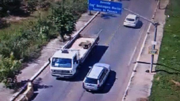 Veículos pesados continuam a transitar por ponte e secretário vê risco para outros motoristas;  fotos
