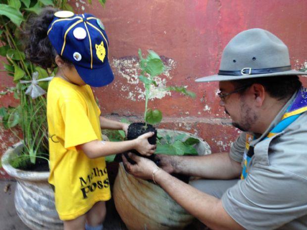 Lobinha pega muda de planta com Escotista