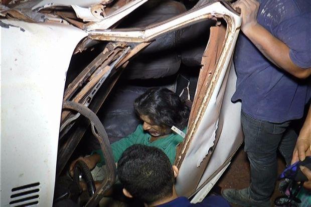 Duas pessoas ficam feridas e veículos destruídos após acidente;  fotos