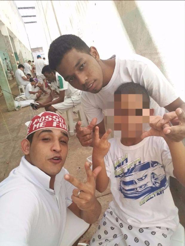 Fotos mostram presos com celulares e tirando selfies dentro de presídio em MT;  veja