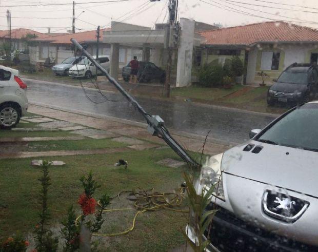 Vídeo mostra granizo e vento derrubando poste durante chuva em Cuiabá;  veja