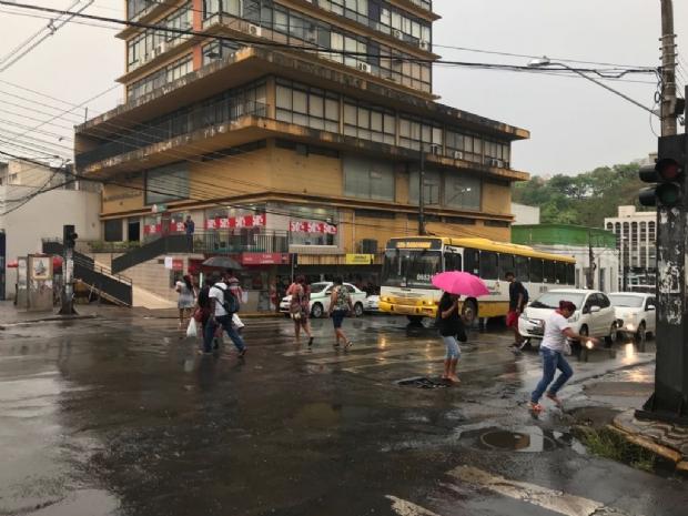 Após dias de calor intenso e clima de deserto, chuva em Cuiabá eleva umidade do ar para 46%