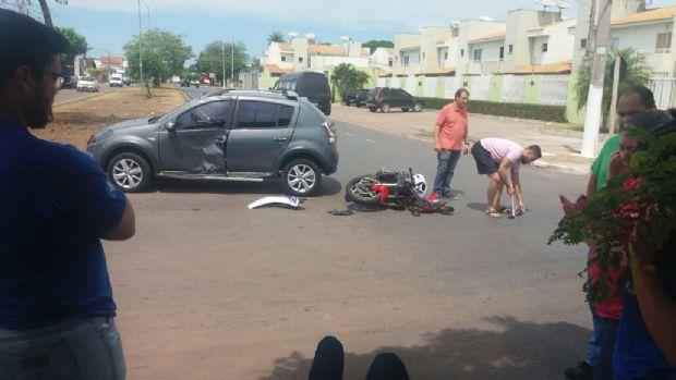 Motociclista escapa da morte e cai em pé após 'girar' sobre carro em colisão;  veja vídeo da batida