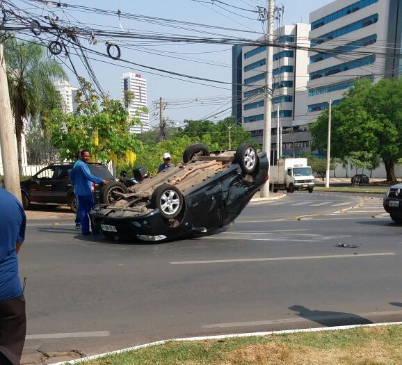Colisão entre dois veículos acaba em capotamento de Corolla na avenida do CPA