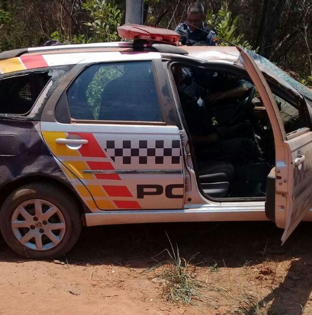 Viatura da Polícia Militar capota a caminho de ocorrência e militar fica ferido